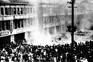 聚集在專賣局台北分局門口的群眾。時間為1947年2月28日