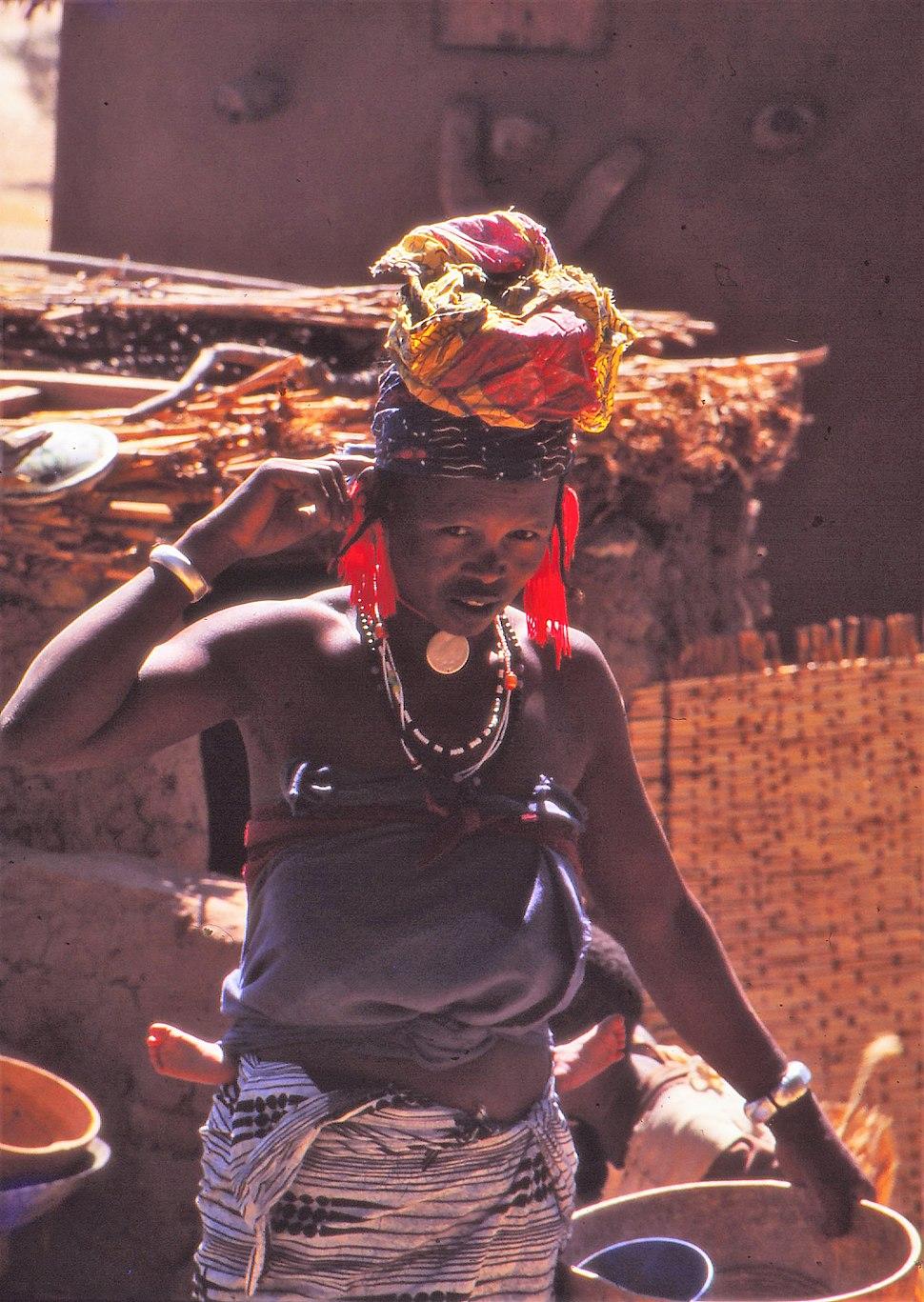 ASC Leiden - W.E.A. van Beek Collection - Dogon markets 44 - Fulbe woman at the Sangha market, Mali 1992