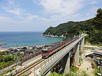 Amarube bridge-Kiha189.jpg