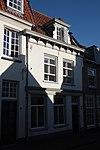 foto van Huis met gepleisterde gevel met rechte kroonlijst