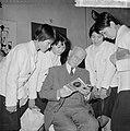 Anne Frankreis voor vier Japanse meisjes, de heer Otto Frank met een der Japan, Bestanddeelnr 917-5680.jpg