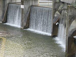 Augsburg Eiskanal - Image: Augsburg Hochablass Herabfallendes Wasser