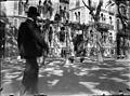 Baldomer Gili Roig. Home passejant davant la Casa Pere Llibre, Passeig de Gràcia (Barcelona).jpg