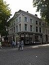 foto van Huis met gepleisterde lijstgevel en houten fronton aan de zijde der veemarktstraat