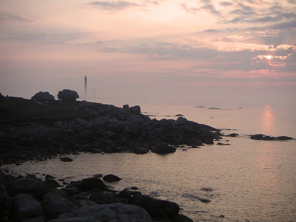 Soleil couchant à Plouguerneau dans le Finistère. En fond, le phare de l'Île Vierge. (définition réelle 1280×960)