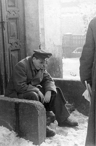 Nero Decree - Reichsminister Speer rests on a doorstep