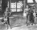 COLLECTIE TROPENMUSEUM Drie Soendanese kinderen op een erf TMnr 10004976.jpg