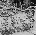 COLLECTIE TROPENMUSEUM Een cementen sculptuur van Adebisi Akanji bij de ingang tot het huis van Susanne Wenger TMnr 20016996.jpg