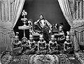 COLLECTIE TROPENMUSEUM Een van de zonen van Mangkoe Negoro van Solo met Serimpi danseressen TMnr 60005502.jpg