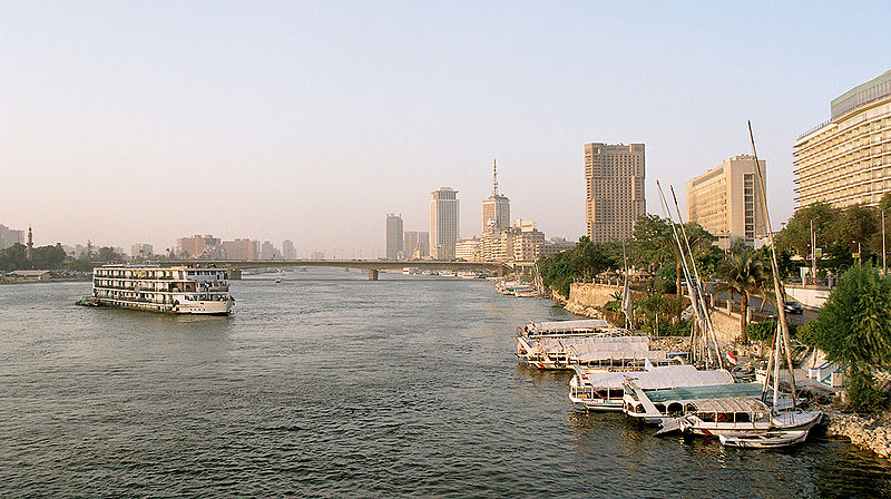 Plik:Cairo, Nile, a view from Tahrir Bridge towards North, Egypt, Oct 2004.jpg