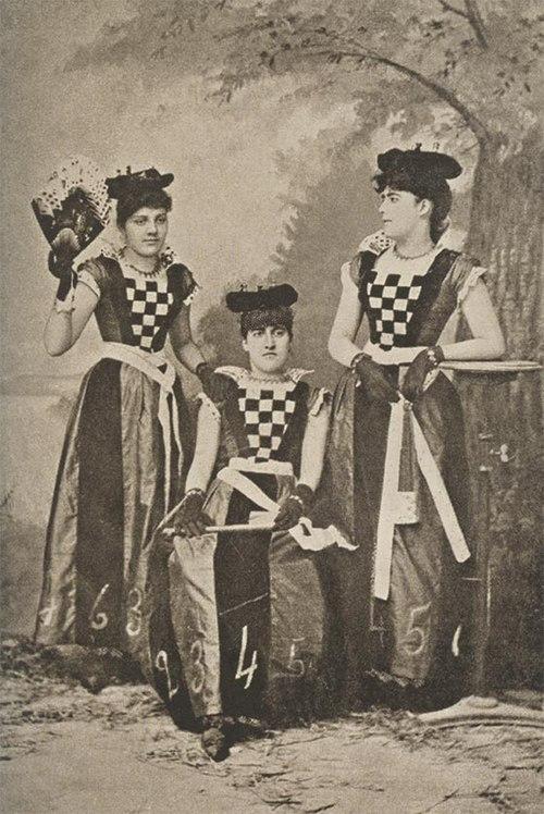 249c3210f Tres señoritas en el Carnaval de Barranquilla, ca 1890.