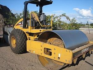 Caterpillar CS-533E - A Caterpillar CS-533E compactor parked on a residential construction site in South Florida.