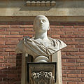 Château de Versailles, cour de marbre, buste d'empereur romain, Vdse 97 02.jpg
