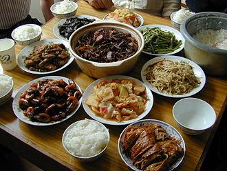 Pasto cinese a Shouzhou (Jiangsu) Riso bianco, gamberetti, melanzane, tofu fermentato, verdure fritte, anatra vegetariana e, al centro, carne e germogli di bambù