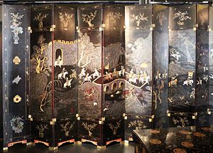 Coromandel lacquer - Screen with a courtly progress in lacquer, mother of pearl, tortoiseshell and gold, 1750–1800