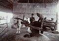 Collectie NMvWereldculturen, 7014-1-25, Foto, 'Demonstratie van oliepersen uit aardnoten op de eerste nijverheidstentoonstelling in Yogyakarta', fotograaf onbekend, 1925.jpg