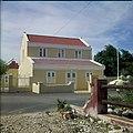 Collectie Nationaal Museum van Wereldculturen TM-20029726 Gerestaureerd huis in Oudhollandse stijl waar voorheen de gezaghebber woonde Kralendijk Boy Lawson (Fotograaf).jpg