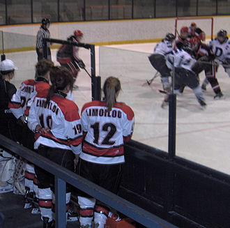 Coupe Dodge - Several players observe the other matches to encourage the girls