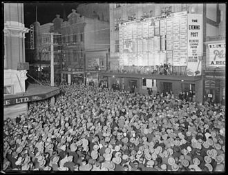 1931 in New Zealand - Crowd on intersection of Willis and Mercer Streets, Wellington, outside the offices of the Evening Post, awaiting the results of the 1931 general election.
