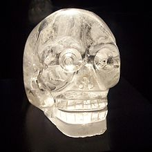 220px-Crystal_skull_in_Mus%C3%A9e_du_quai_Branly,_Paris dans PROPHETIES