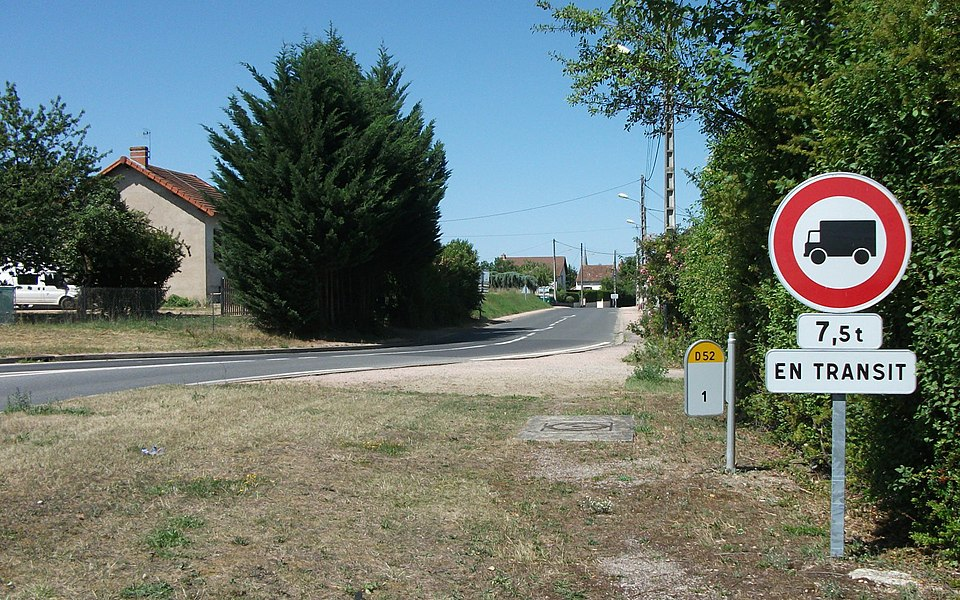 Cette route, la départementale 52 de Saint-Germain-des-Fossés vers Lapalisse, est interdite aux poids lourds de plus de 7,5 tonnes en transit.Lieu: Champs Rosier, commune de Seuillet, Allier, Auvergne, France.Panneaux: tous trois sont des Sécurité et signalisation 2010