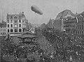 """Das Luftschiff """"Deutschland"""" über der Stadt Düsseldorf am Blumentag, 7. Mai 1911, Foto Julius Söhn.jpg"""