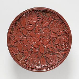 Carved lacquer - Dish with roses, Yuan dynasty, 16 cm across