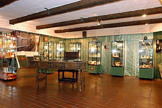 Fragrance Museum - Image: Duftmuseum Vitrinen