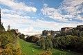 Edinburgh, Blick auf Old Town von Princess Street Gardens (37729401235).jpg