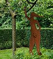 Eva plukt appel. Locatie, Tuinen Mien Ruys in Dedemsvaart.jpg