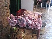 Teschi di pecora in vendita al mercato di Tripoli, in Libano