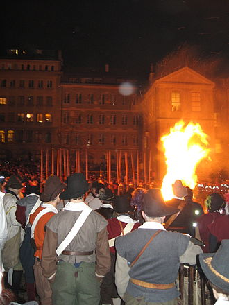 Compagnie de 1602 - Bonfire in the cour Saint-Pierre and Genevan in historical costumes.