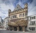 """Frankfurter Kunstverein mit Skulptur """"Big Trees"""" (2015) von Joko Avianto an der Fassade.jpg"""
