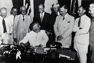 Banking Act of 1935 - Roosevelt signs the Banking Act of 1935