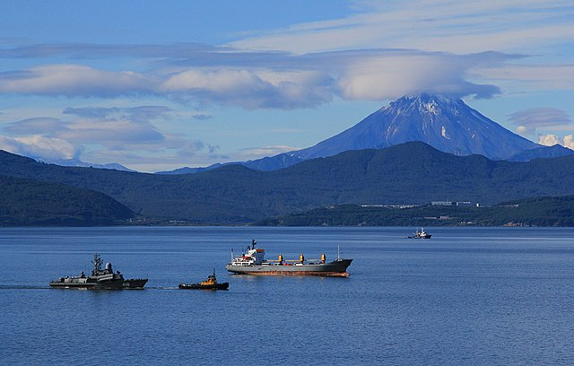 Авачинская бухта и вид на вулкан Вилючинская Сопка