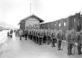Gebirgsinfanteristen aufgestellt für den Verlad auf die Eisenbahn - CH-BAR - 3239431.tif