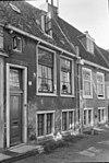 foto van Laag 17e-eeuws huis met bogen boven benedenvensters souterrain, met dodekop bewerkt