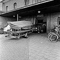 HUA-159483-Afbeelding van een auto met aanhanger op weg naar de autoslaaptrein op het N.S.-station Amsterdam-Amstel te Amsterdam.jpg