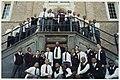 Het Boys Choir of Harlem poseert op de trappen van het stadhuis met Burgemeester Pop.JPG