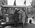 Hollandse Nieuwe aan de haringstalletjes in Amsterdam, Bestanddeelnr 915-1944.jpg