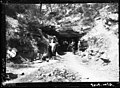 Homes amb càmera i trípode a l'entrada d'una cova d'Almatret.jpeg
