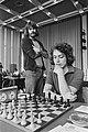 IBM-schaaktoernooi, 5e ronde, Bohm (staand) kijkt bij Timman, Bestanddeelnr 929-2525.jpg