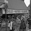 In de Rue Lepic (Montmartre) worden mosselen, oesters en slakken verkocht, Bestanddeelnr 254-0392.jpg