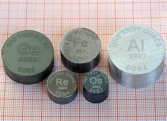 Jeweils eine Feinunze (ca. \(31\;\textrm{g}\)) unterschiedlicher Metalle image source