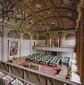 Interieur, overzicht vergaderzaal vanaf tribune met gerestaureerde schouwdoeken - 's-Gravenhage - 20329175 - RCE.jpg