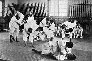 Jiujitsu training op een agrarische school in Japan rond 1920.