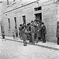 Jeruzalem. Discussiërende leerlingen van een Jeshiwa (een Talmoed hogeschool) vo, Bestanddeelnr 255-0388.jpg