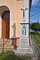 Kříž před kaplí, Kozárov, okres Blansko.jpg