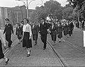 KLM wandelmars Viruly (met jasjes) met stewardessen, Bestanddeelnr 903-4164.jpg