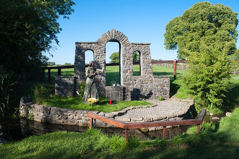 File:Kildare Brallistown Little St Brigid's Well Statue 2013 09 04.jpg